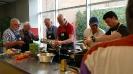 Männerkochgruppe und Flüchtlinge kochen gemeinsam